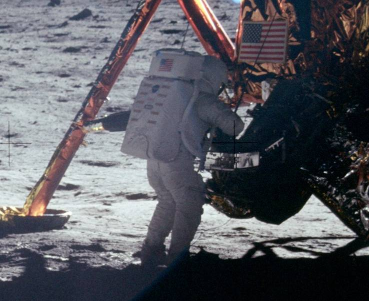 Armstrong_on_Moon_(As11-40-5886)_(cropped)